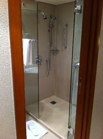 Four Points by Sheraton Kuwait: the bathroom