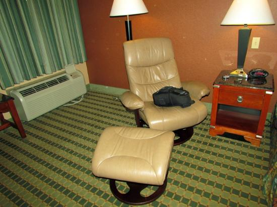 BEST WESTERN PLUS Inn at Valley View: Chair with Ottoman