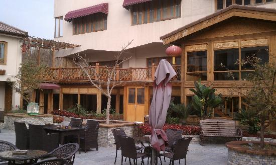 Red Wall Garden Hotel: View of courtyard and the hotel