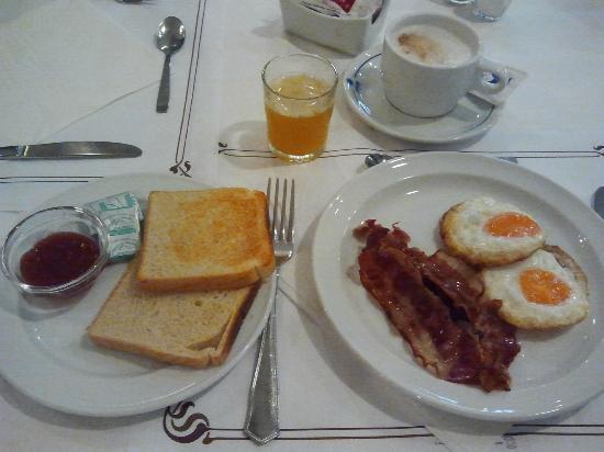 Hotel Las Arenas: Frühstück mit wenig Auswahl