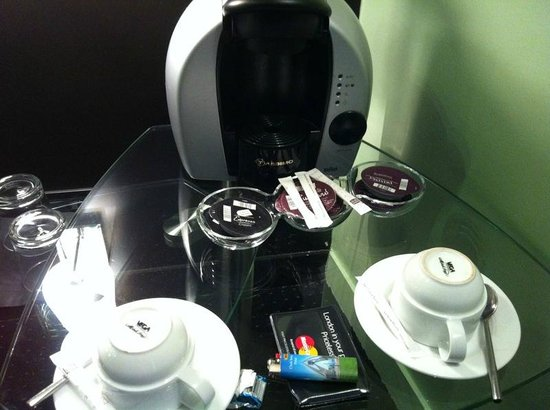 Le Fabe Hotel: Coffee/Hot Chocolate machine in room