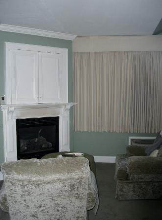 Lake Opechee Inn and Spa: Room 129 fireplace area. Excuse the black markings that appear in this photo they are not visibl