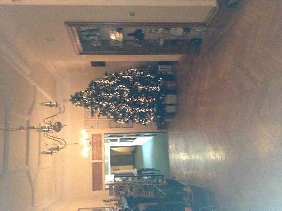 Knock Castle Hotel & Spa: Christmas tree in the lobby