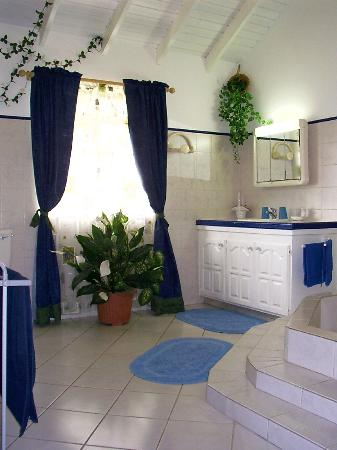 Villa Marie Guesthouse: Bathroom of white loft-apartment