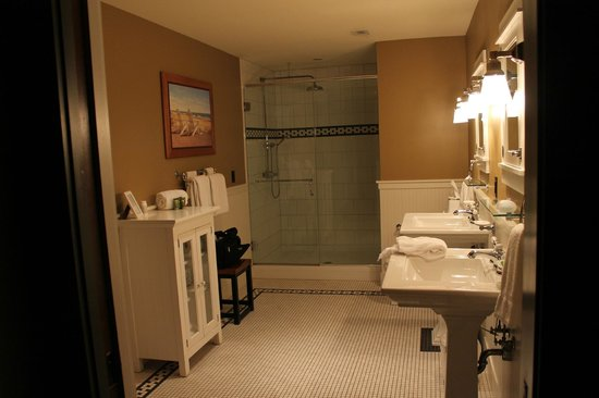 Tamarack Lodge: Master bathroom