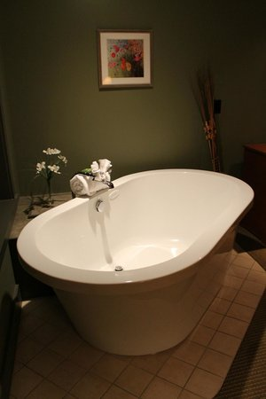 Tamarack Lodge: Bathtub in our master bedroom