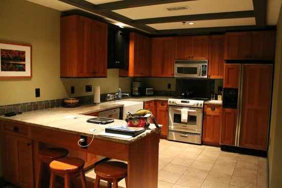 Tamarack Lodge: Fully equipped kitchen