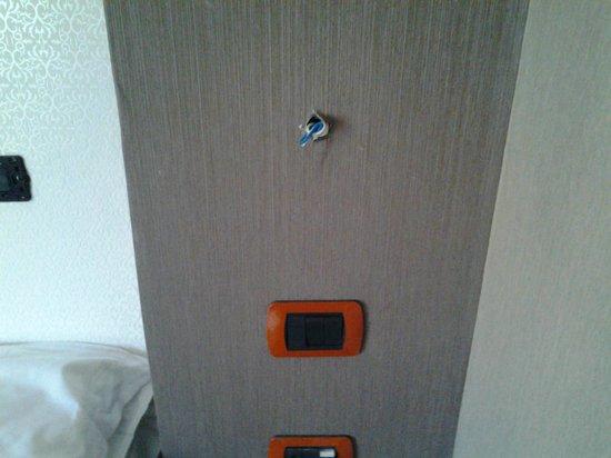 Hotel Napolit'amo Medina: fili elettrici fuori della parete