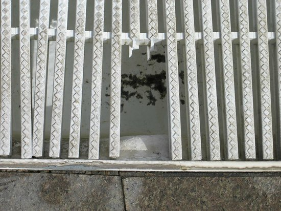 Taurito, İspanya: pool area - broken grating.