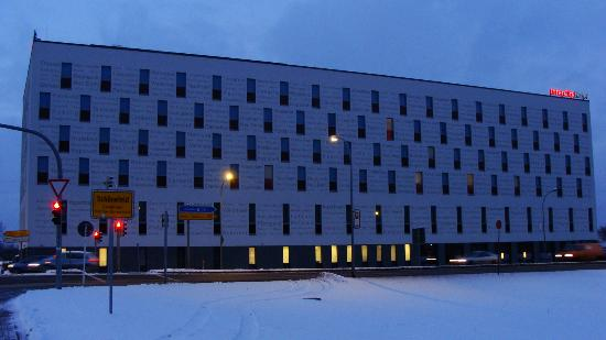 IntercityHotel Berlin-Brandenburg Airport: Hotel at night