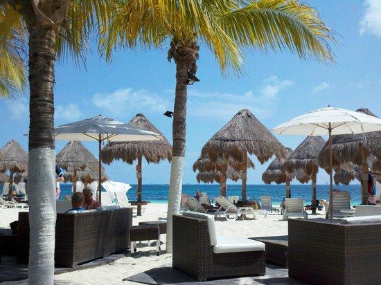 พริวิเลจอลูซ: Beach area in front of the resort