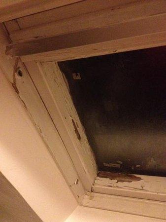 Hôtel Le Twelve : fenêtre de la salle de bain