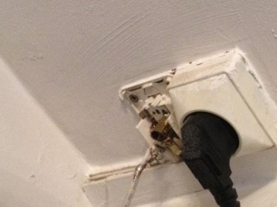 Hotel Le Twelve: électricité pas aux normes