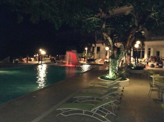 โรงแรมคัปเปิ้ลส์ทาวเว่อร์อิสเซล: The main pool at night