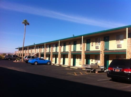 ويندسور إن موتل ليك سايد: outside view of Windsor motel 