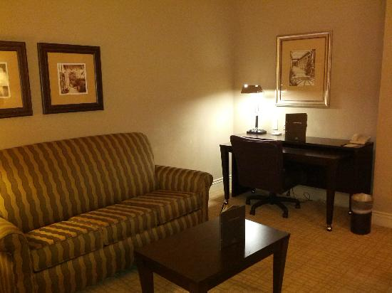 Hilton Dallas/Southlake Town Square : Living room (Room 540)