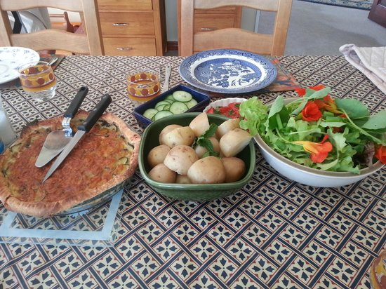 Lakeview Heights Farm Stay: dinner