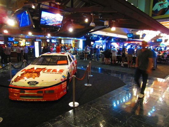 Hooters Casino Hotel: Entrence and casino