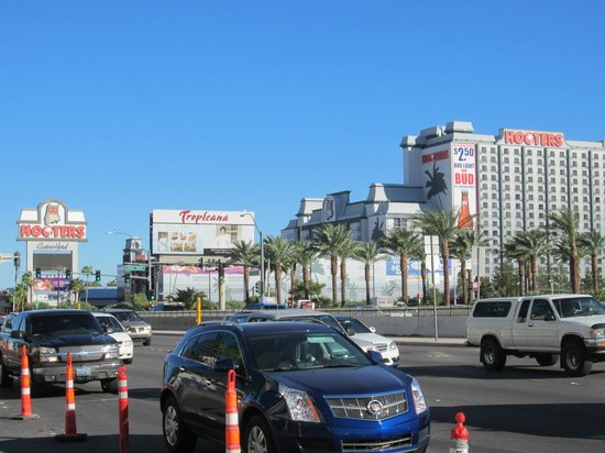 Hooters Casino Hotel: Hooters from The Strip = main Las Vegas Boulevard