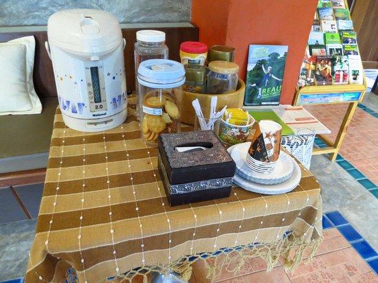 Sunshine House: 朝ロビーに置いてあるもの。コーヒー、ミロ、紅茶、クラッカー、バナナ