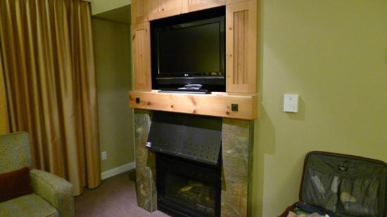 The Westin Resort & Spa, Whistler: Fireplace/tv in sitting area