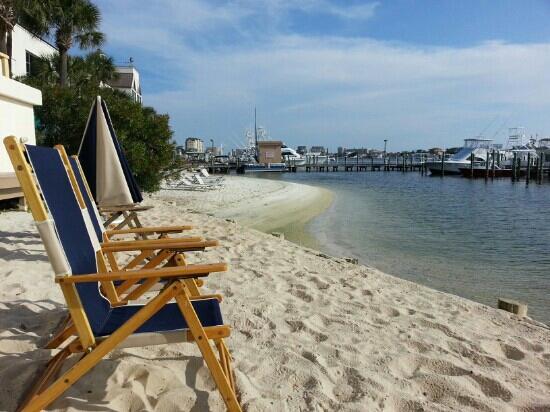 إن أون دستين هاربور: Inn beach.