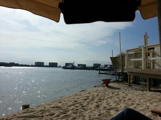 إن أون دستين هاربور: Inn beach viEwing.