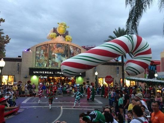 Macys Street Parade At Universal Studios For Christmas