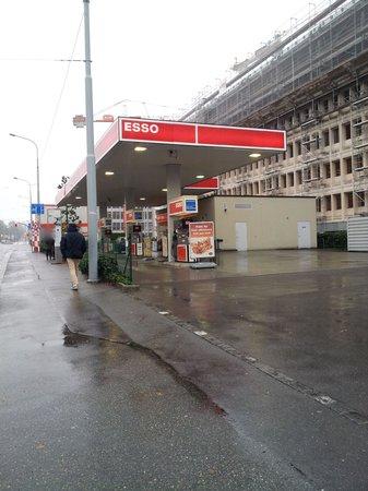 Crowne Plaza Geneva: arrêt de bus du Crown Plaza à côté de la station d essence