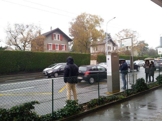 Crowne Plaza Geneva: arrêt de bus du Crown Plaza devant route sans abri ni banc