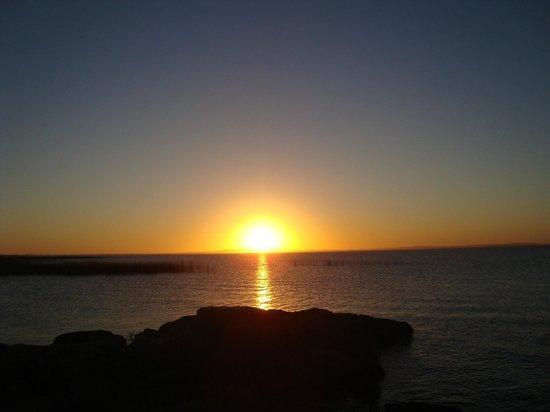 Pescaderia Punta del Diablo: Por do sol em Laguna Negra, cenario deslembrante.