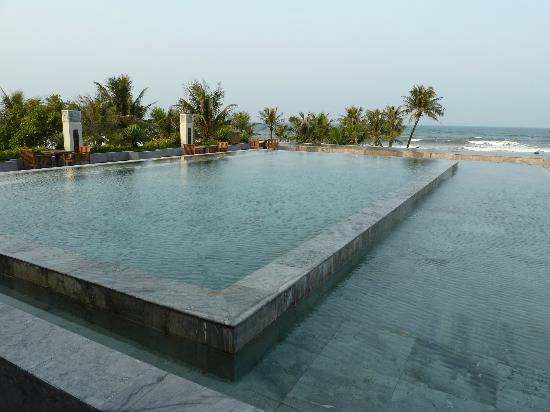 Ana Mandara Hue Beach Resort: Water feature at reception