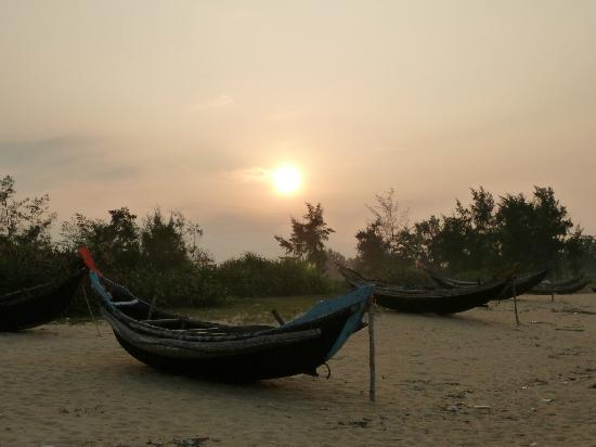 Ana Mandara Hue Beach Resort: Sunset on beach