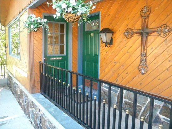 Cedar Wood Inn: Exterior