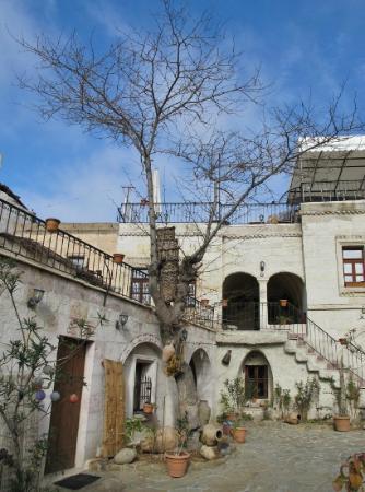 Caravanserai Cave Hotel: Courtyard