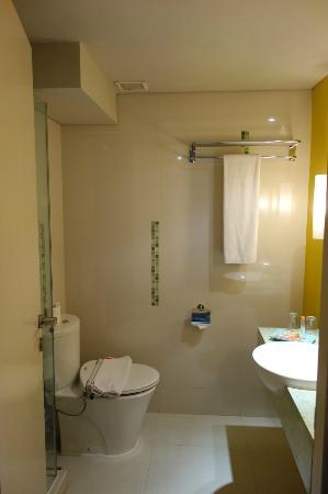 HARRIS Hotel & Conventions Kelapa Gading Jakarta: Clean bathroom