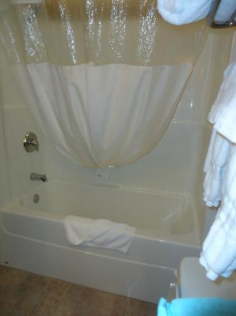 Ramada Westlock: Nice big soaker tub with a great shower head and lots of water pressure.