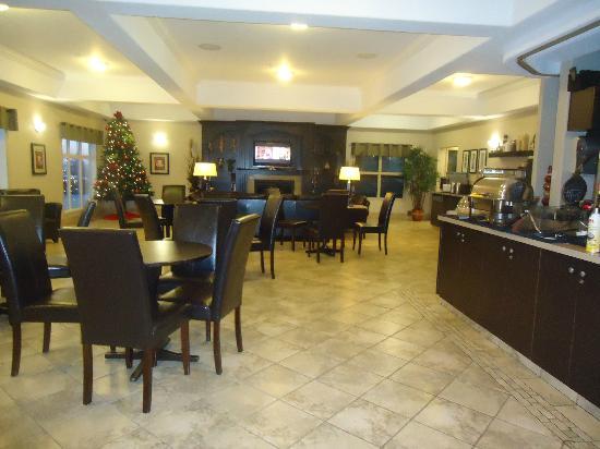 Ramada Westlock: Breakfast area with fireplace