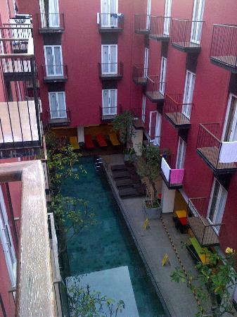 Amaris Hotel Legian: padahal dah ada larangang jemur pakaian di Balkon, tapi....