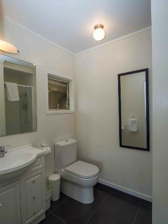 By the Bay Beachfront Apartments: Studio bathroom