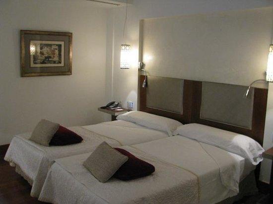 Parador de Granada: room