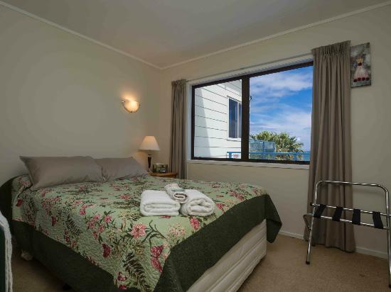 By the Bay Beachfront Apartments: Apartment 2 double room