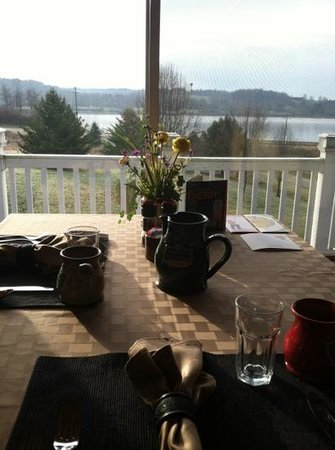 Whispering Pines Bed and Breakfast: lake view breakfast