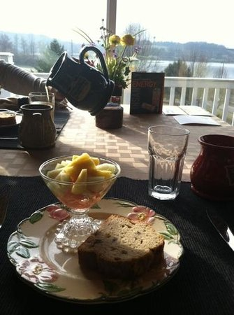 Whispering Pines Bed and Breakfast: pouring oj at breakfast