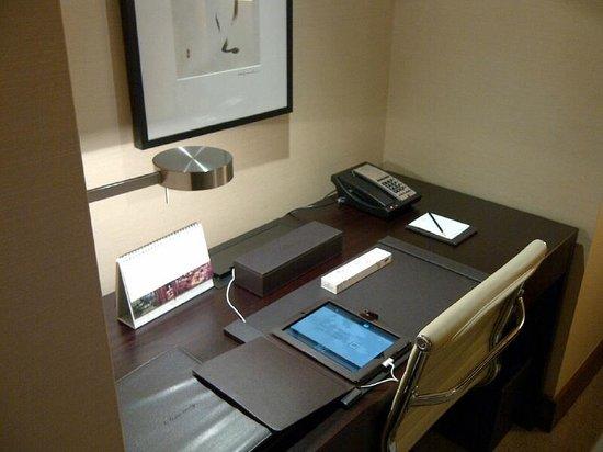 Shangri-La Hotel Toronto: Desk