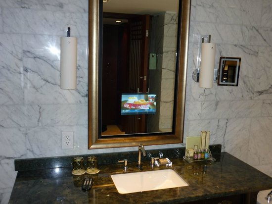 Shangri-La Hotel Toronto: Vanity with TV in Mirror