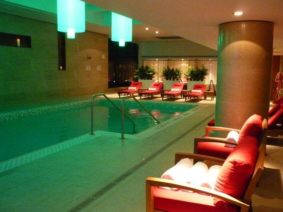 Shangri-La Hotel Toronto: Pool at night