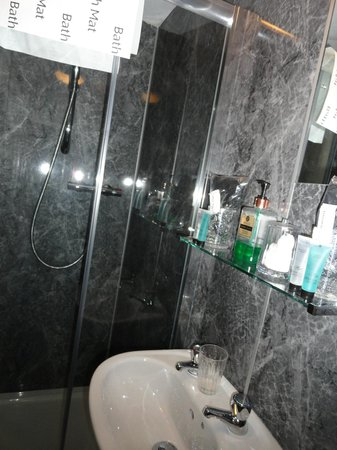 Pitfaranne Guest House : Shower