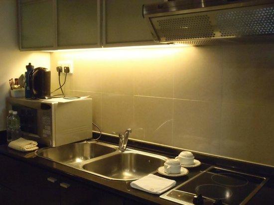 صن واي ريزورت هوتل آند سبا: kitchen with utensils / pot 