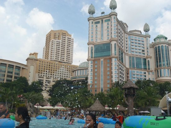 Sunway Resort Hotel & Spa : view of Sunway & pyramid hotels from sunway lagoon